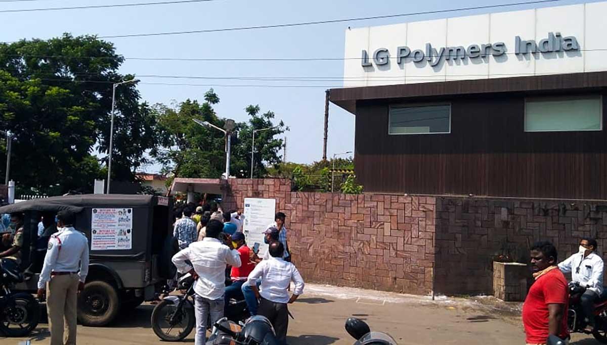 Vizag Gas Leak: விஷவாயுவால் நிலைகுலைந்து விசாகபட்டிணம் மக்கள், மனதை உருக்கும் காட்சிகள்