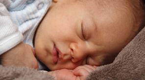 பிறந்த குழந்தைகளின் விக்கல்கள் மூளை வளர்ச்சிக்கு தொடர்புடையது